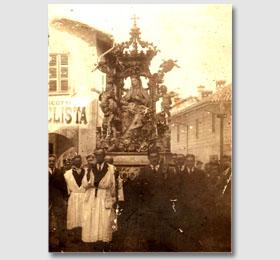 Vista frontale della statua della Beata Vergine Maria portata nella processione religiosa di Sommariva del Bosco (primi anni del novecento)